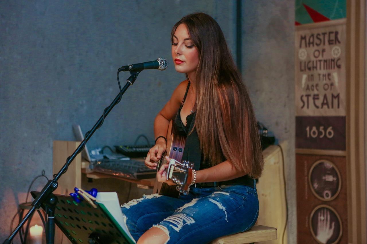Występ dziewczyny z gitarą