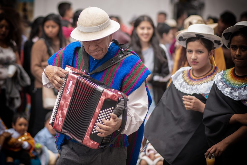 Występ akordeonisty na festiwalu poezji śpiewanej