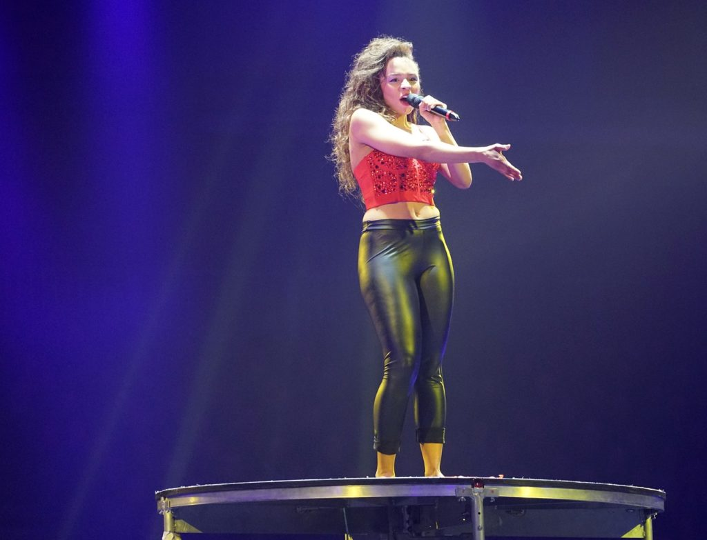 Kobieta śpiewa na estradzie
