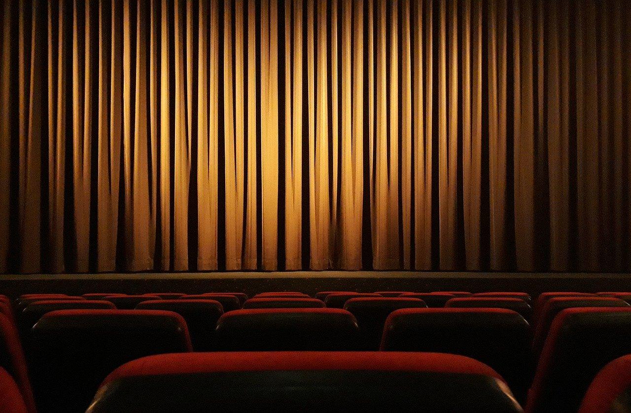 Sala w teatrze z widokiem na scenę z kurtyną