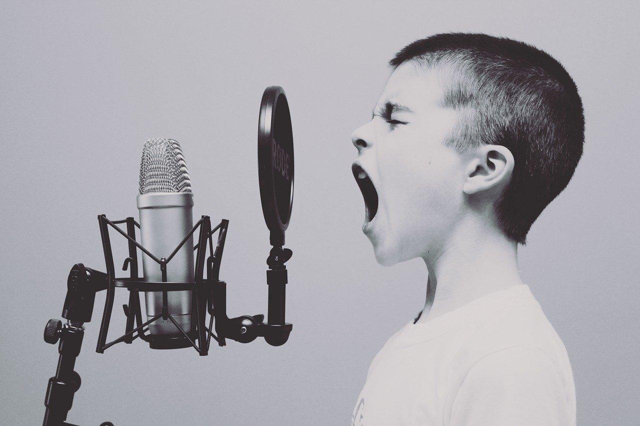 Chłopak krzyczy do mikrofonu