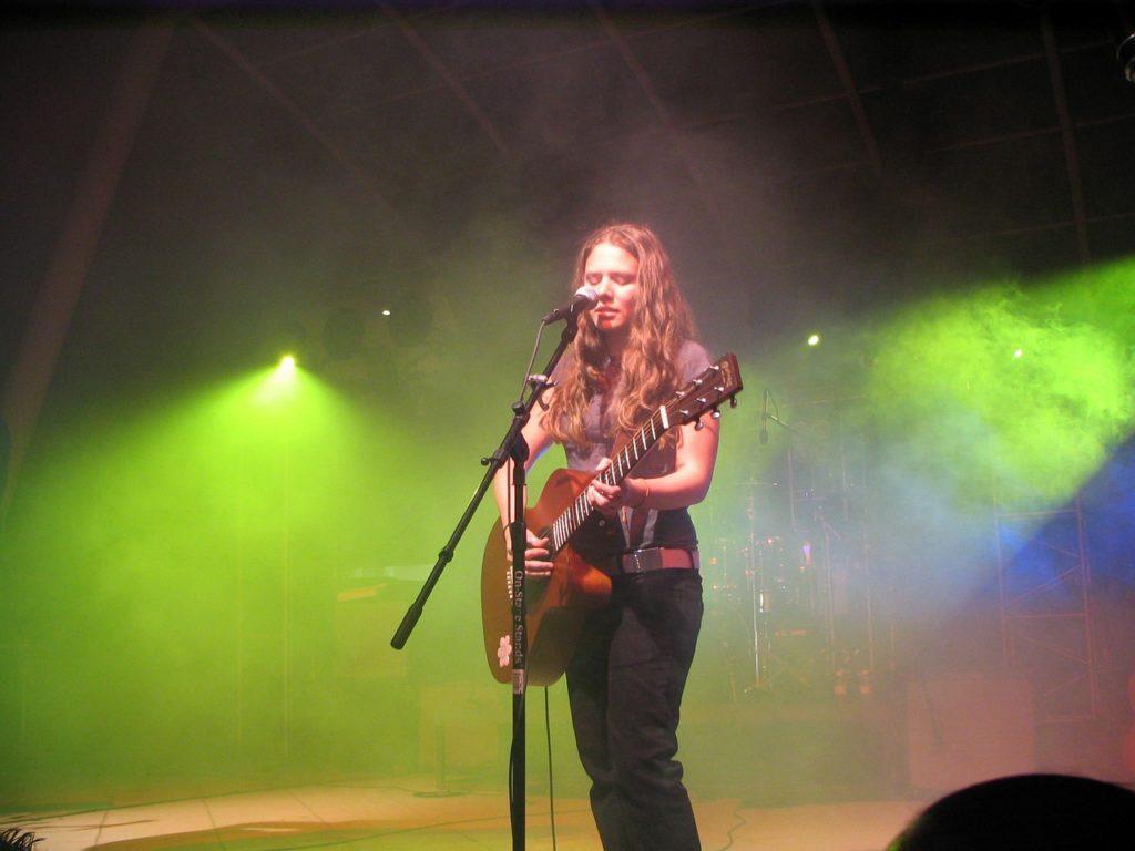 Dziewcyzna na scenie na muzycznym festiwalu