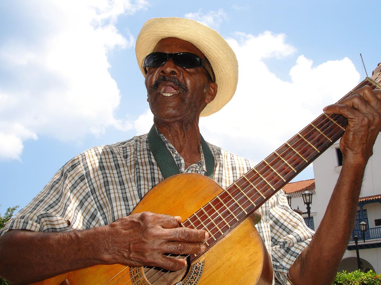 Mężczyzna gra na gitarze i śpiewa poezję